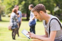 Knappe student die buiten op campus bestuderen Royalty-vrije Stock Fotografie