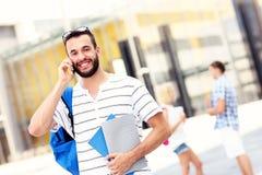 Knappe student die op de telefoon spreken Royalty-vrije Stock Foto