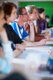 Knappe studentzitting in een klaslokaalhoogtepunt van studenten royalty-vrije stock foto