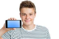 Knappe tiener die slimme telefoon met het lege scherm tonen Stock Foto