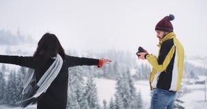 Knappe toerist twee kwam in aantrekkelijke plaats met ontzagwekkend landschap van bevroren berg en sneeuwbos, mens aan stock video