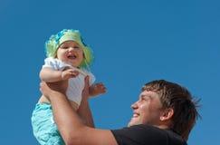 Knappe vader die zijn leuke dochter houdt Royalty-vrije Stock Foto's