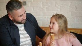 Knappe Vader Having Fun met Zijn Dochter Gelukkige Familie het Besteden Vaderdag samen stock video