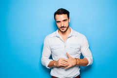 Knappe volwassen en mannelijke mens op een blauwe achtergrond Royalty-vrije Stock Foto's