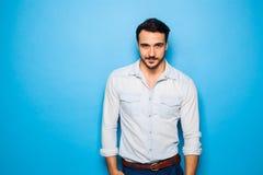 Knappe volwassen en mannelijke mens op een blauwe achtergrond Stock Foto