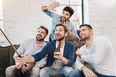 Knappe vrolijke vrienden die voor een foto stellen Royalty-vrije Stock Afbeeldingen