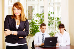 Knappe vrouwelijke manager met werkgevers in bureau royalty-vrije stock fotografie