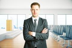 Knappe Zakenman In Conference Room Stock Fotografie