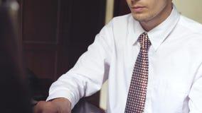 Knappe zakenman die aan een bureau werken Jonge mens het typen op laptop Langzame Motie 3840x2160 stock video