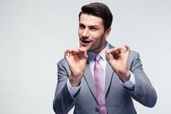 Knappe zakenman die o.k. teken gesturing Royalty-vrije Stock Afbeeldingen