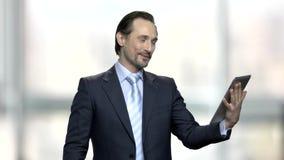 Knappe zakenman die videopraatje hebben stock video
