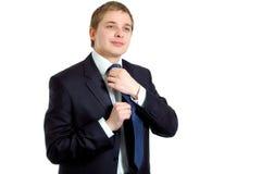 Knappe zakenman die zich omhoog voor het werk kleedt royalty-vrije stock afbeeldingen