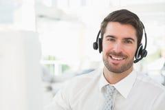 Knappe zakenman met hoofdtelefoon het op elkaar inwerken Stock Afbeeldingen