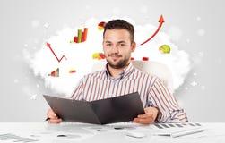 Knappe zakenman met wolk op de achtergrond die col Stock Afbeeldingen
