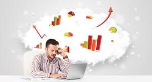 Knappe zakenman met wolk op de achtergrond die col Royalty-vrije Stock Afbeelding