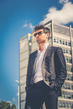 Knappe zakenman met zonnebril Royalty-vrije Stock Afbeelding