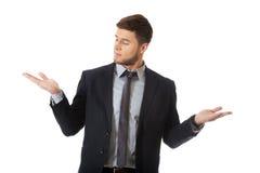 Knappe zakenmanholding copyspace op palm royalty-vrije stock afbeelding