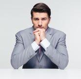 Knappe zakenmanzitting bij de lijst royalty-vrije stock foto's
