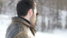 Knappe zekere mens in berg met sneeuw stock footage