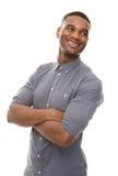 Knappe zwarte mens die met gekruiste wapens glimlachen Stock Foto