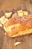 Knapperig, artisanaal die brood, voor bemonstering bij een tropische landbouwersmarkt wordt gesneden stock afbeelding