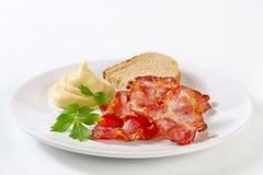Knapperig bacon met brood en mosterd Royalty-vrije Stock Fotografie