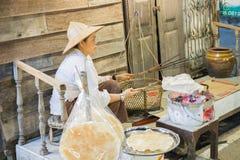 Knapperig de rijstdeeg van de verkopersgrill op houtskoolfornuis Royalty-vrije Stock Afbeeldingen