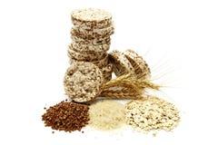 Knapperig die knäckebrood met boekweit, rijst en havermeel op witte achtergrond wordt geïsoleerd Kernachtig dieetgeschiktheidsbro stock foto's