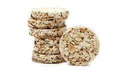 Knapperig die knäckebrood met boekweit, rijst en havermeel op witte achtergrond wordt geïsoleerd Kernachtig dieetgeschiktheidsbro royalty-vrije stock afbeeldingen