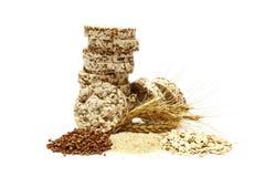 Knapperig die knäckebrood met boekweit, rijst en havermeel op witte achtergrond wordt geïsoleerd Kernachtig dieetgeschiktheidsbro royalty-vrije stock foto