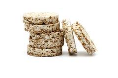 Knapperig die knäckebrood met boekweit, rijst en havermeel op witte achtergrond wordt geïsoleerd Kernachtig dieetgeschiktheidsbro royalty-vrije stock fotografie