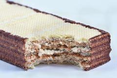 Knapperig die wafeltje, het aroma van het chocoladewafeltje op witte achtergrond wordt geïsoleerd royalty-vrije stock afbeeldingen
