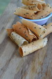 Knapperig gerold wafeltje traditioneel Thais dessert op houten lijst stock afbeeldingen