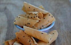 Knapperig gerold wafeltje traditioneel Thais dessert op kop stock foto