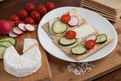 Knapperig graangewassenbrood met groenten Stock Foto's