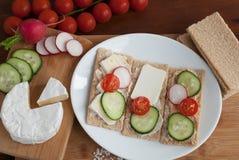 Knapperig graangewassenbrood met groenten Royalty-vrije Stock Foto's