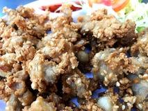 Knapperig kippenpees gefrituurd voedsel stock foto