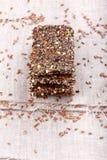 Knapperig vlasbrood Knäckebroodcrackers van lijnzaad, groene boekweitzaden en groene uien Vrij gluten Gezonde Snack stock afbeeldingen