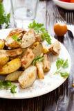 Knapperige aardappel in de schilwiggen met huid stock foto's