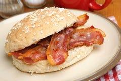 Knapperige Baconbroodje of Bap stock foto