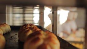 Knapperige broodjes bij het opschorten stock videobeelden
