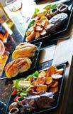 Knapperige Broodjes - concentreer me op baps, amid lapje vlees en spaanders royalty-vrije stock foto's