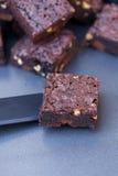 Knapperige brownies op ovendienblad Stock Afbeeldingen