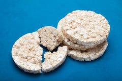 Knapperige dieetsnack op een blauwe achtergrond royalty-vrije stock foto's