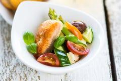 Knapperige gebakken zalm met heerlijke groente stock fotografie