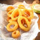Knapperige gebraden die pijlinktvisringen met mayonaise worden gediend Stock Fotografie