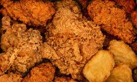 Knapperige gebraden kip en nuggests Snel voedselachtergrond Kruidige nors stock afbeelding