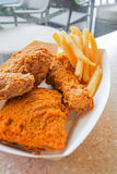 Knapperige gefrituurde kip en frieten Stock Afbeelding