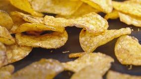 Knapperige geroosterde chips die op oppervlakte vallen stock video