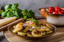 Knapperige gnocchi met kaas en kruiden royalty-vrije stock afbeelding